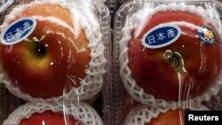 Mere produse în Japonia, la un supermarket din Hong Kong