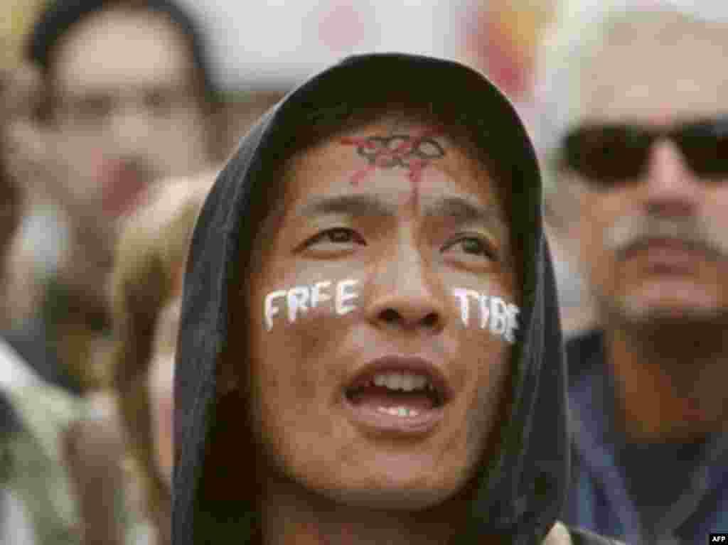 Сан-Франсиско, Калифорния, ИМА. Ҳаштуми апрели 2008 - Дар Амрико ҳам эътироз мекунанд. Барои озодии Тибет ва бар зидди машъали олимпӣ, ки нӯҳуми май меҳмони Сан-Франсиско хоҳад шуд.