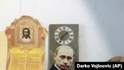 Vladimir Putinin şəkli olan divar saatı, Serbiya
