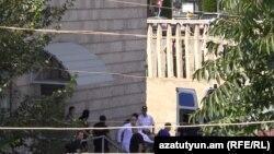 Раненного участника группы вооруженных сторонников оппозиции, захвативших здание полиции, везут в больницу. Ереван, 31 июля 2016 года.