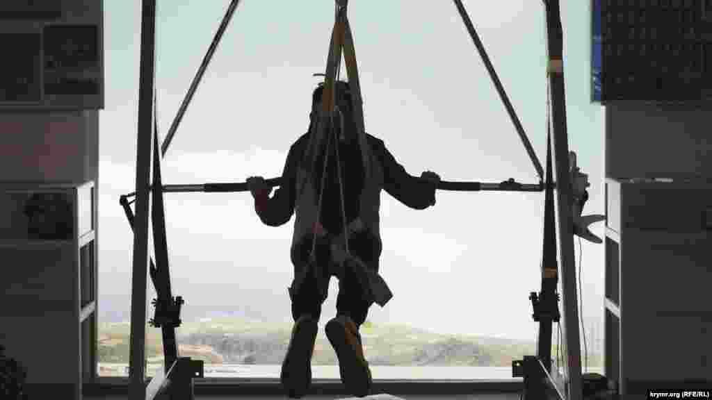Kefe. İvan Ayvazovskiyniñ torunı Konstantin Artseulov adına serbest uçuş muzeyi. Muzeyniñ üç zalından birinde ziyaretçilerge deltoplan stimulâtorında uçmağa imkân berile. 2017 senesi dekabr 2 künü