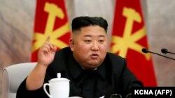 Лідер Північної Кореї Кім Чен Ин напередодні запровадив надзвичайний стан і карантин у прикордонному місті Кесон через підозру можливого першого випадку COVID-19 у країні