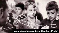Grup de elevi la Casa Pionierului din Târgu Mureș (1978). Sursa: comunismulinromania.ro (MNIR)