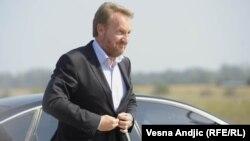 Ivana Korajlić: Kupovina najskupljih automobila je primjer ekstremnog bahaćenja (na fotografiji: Bakir Izetbegović izlazi iz službenog automobila, 2011.)