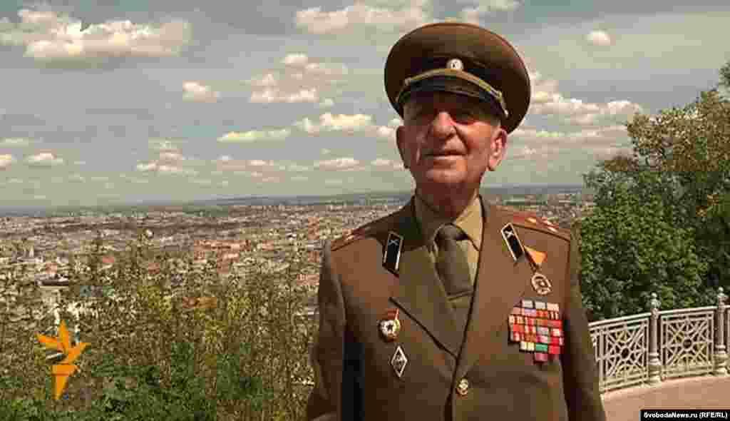 Советский ветеран второй мировой на фоне Будапешта.