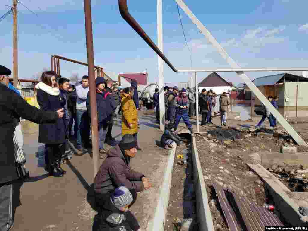 Жители подтопленного поселка на улицах Туздыбастау.