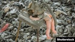 Старая брошенная кукла в противогазе возле бывшей средней школы в покинутом городе Припять
