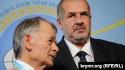 Лидеры Меджлиса Рефат Чубаров (справа) и Мустафа Джемилев на Всемирном конгрессе крымских татар.