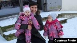 Эстонияда жашаган Икрам Тургунбаев кыздары менен. (Аманат сүрөт)