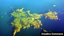 Сарк расположен в Ла-Манше в 80 километрах от побережья Британии