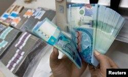 10 мың теңгелік банкноттар. Алматы, 4 желтоқсан 2010 жыл.