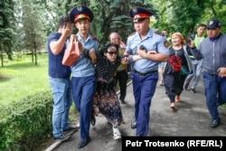 Полиция задерживает молодую женщину в центре Алматы, где ожидался несанкционириованный митинг. 10 июня 2019 года.