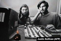Steve Jobs, vorbind la o prezentare a companiei Apple la Yerba Buena Center din San Francisco, 27 ianuarie 2010, California