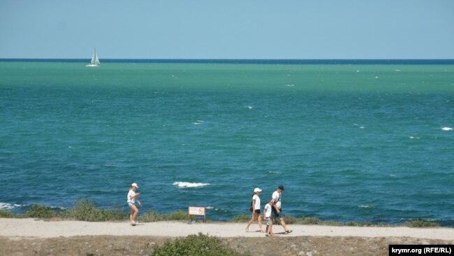Туристы ходят по берегу Херсонеса, однако знают, что в море купание запрещено