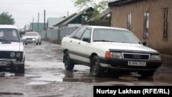 Разбитая дорога в поселке Жомарт. Алматинская область, 3 мая 2013 года.
