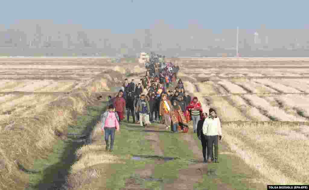 Беженцы удаляются от греческо-турецкой границы после того, как им не позволили пройти на территорию Греции. Район реки Марицы, 2 марта 2020 года.