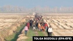 Migranti se udaljavaju od grčko-turske granice nakon što su sprečene da uđu u Grčku 2 marta 2020 u blizini reke Meric