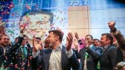 Володимир Зеленський у виборчому штабі після оголошення екзит-полів. Незабаром йому доведеться віддавати накази не для виборчого, а для воєнного штабу