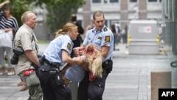 Полицијата евакуира повредена жена од нападот на 22 јули