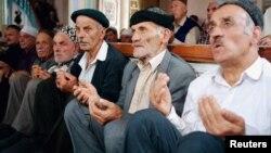 Праздничную молитву во время Ураза-байрам мусульмане, проживающие в Батуми, провели под открытым небом, т.к. местная мечеть не вместила всех молящихся