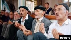 Согласно российской Конституции, все религиозные объединения отделены от государства,и тем не менее религию очень часто используют как инструмент влияния на формирование общественного мнения