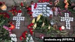 К посольству Латвии в Минске белорусы сегодня принесли цветы и свечи. В Латвии продолжается трехдневный траур по погибшим