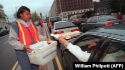 Вашингтон, соли 1999. Корманди почта дар охирин рӯзи гузоришҳои андозсупорӣ дар кӯчаҳо гузоришҳои шаҳрвандони ИМА-ро ҷамъ мекунад