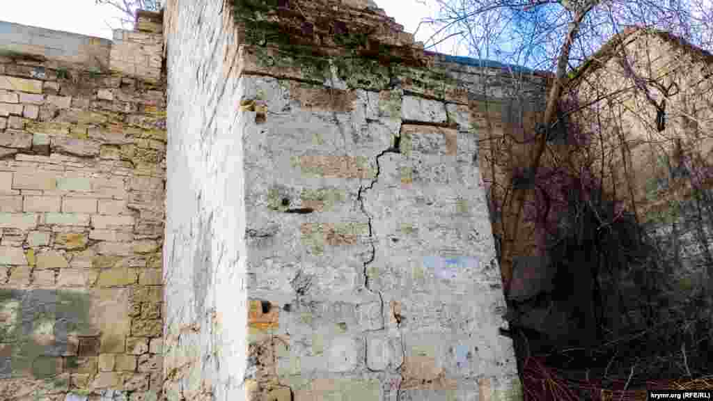 В результате частично пострадала каменная кладка.