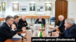 Президент України Петро Порошенко (перший ліворуч) під час зустрічі з представниками ініціативною групою «Першого грудня». Київ, 11 квітня 2019 року
