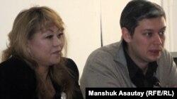 Роза Акылбекова, исполняющая обязанности директора Казахстанского бюро по правам человека (слева), и Вячеслав Абрамов, заместитель директора международной правозащитной организации «Фридом Хауз» в Казахстане, на пресс-конференции. Алматы, 7 декабря 2010
