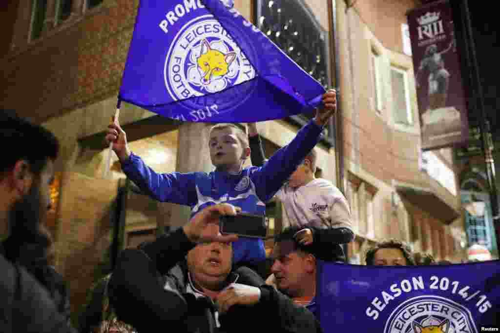"""Фанаты """"Лестер Сити"""" празднуют победу своего любимого клуба, которому перед началом сезона ставили задачу не вылететь из Премьер-лиги."""
