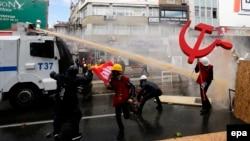Türkiyə polisi İstanbulda 1 May nümayişini dağıdırır.