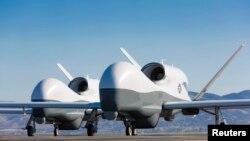 Два беспилотных аппарата Northrop Grumman MQ-4C Triton на испытательном полигоне Palmdale в Калифорнии, май 2013 г.