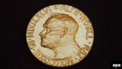Pjesa e përparme e medaljes Nobel.