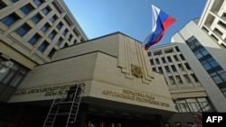 Ռուսաստանի դրոշը Ղրիմի Ռադայի շենքի դիմաց, 18-ը մարտի, 2014թ․