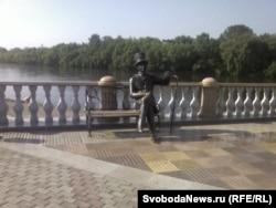 На набережной реки Биры вас встречает Евгений Онегин