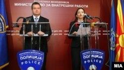 Архивска фотографија: Српскиот министер за внатрешни работи Ивица Дачиќ и неговата колешка Гордана Јанкулоска на прес-конференција во Скопје.