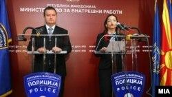Српскиот министер за внатрешни работи Ивица Дачиќ и неговата колешка Гордана Јанкулоска на пресконференција во Скопје