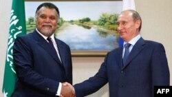 Orsýetiň prezidenti Wladimir Putin (sagda) we şazada Bandar bin Soltan bin Abdul Aziz al-Saud.
