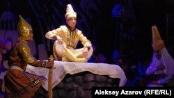 В финале спектакля главный герой Азат становится ханом. Алматы. 16 сентября 2015 года.