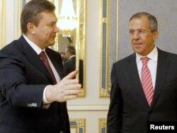 Ukrayna - keçmiş prezident Viktor Yanukovych (solda) Rusiyanın xarici işlər naziri Sergey Lavrovla, 9 aprel 2010