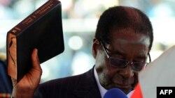 Robert Mugabe, duke e mbajtur Biblen, betohet si president i Zimbabvesë