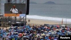 Тысячи верующих собрались на пляже Копакабана, чтобы услышать речь папы римского Франциска. Рио-де-Жанейро, 25 июля 2013 года.