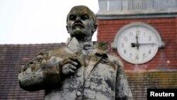 """""""Lenjin je oberučke prihvatio pomoć zakletih ruskih neprijatelja"""" - Spomenik Lenjinu ispred bivšeg sedišta Sovjetske vojske u Vuensdorfu, Nemačka"""