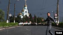 Молодой человек проходит через центр Славянска. 5 мая 2014 года.