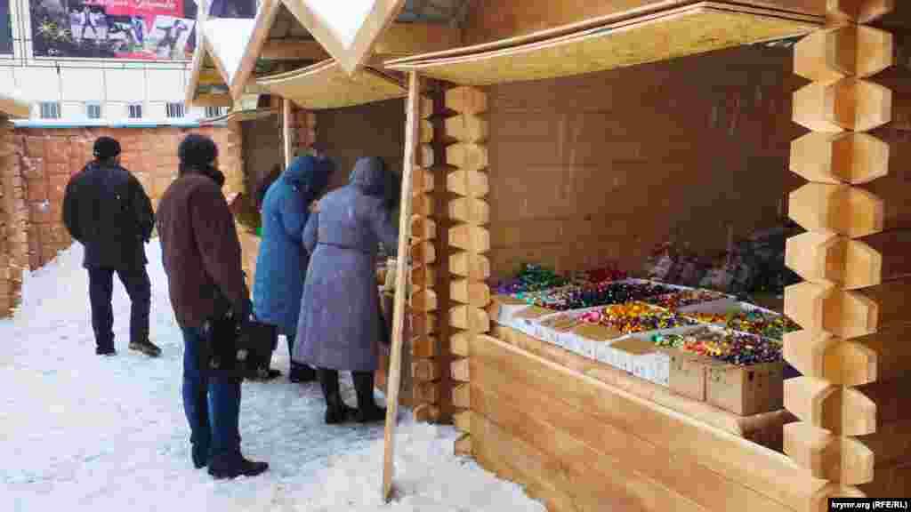 Кримчанам пропонують ялинкові прикраси, теплі шкарпетки і сувеніри