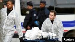 «Батаклан» концерт орталығында мерт болған адамның денесін алып келе жатқандар. Париж, 14 қараша 2015 жыл.