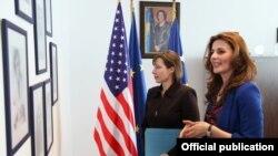Ambasadorja e Shteteve të Bashkuara të Amerikës në Kosovë, Trejsi Xhejkobson, me ministren për Integrime Evropiane në Qeverinë e Kosovës, Vlora Çitaku.
