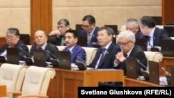 Депутаты мажилиса парламента. Астана, 18 февраля 2015 года.