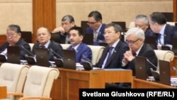 Депутаты нижней палаты парламента. Астана, 18 февраля 2015 года.